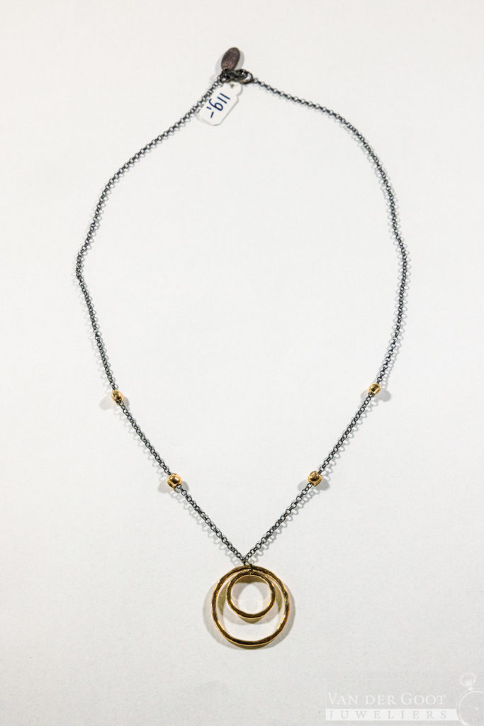 No. 068 Jeh Collier zilver oxy + Goldfilled met ronde hanger  44 cm   €119,-